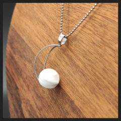"""collier lune de la collection """" kiléyo, les interchangeables"""""""